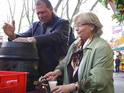 Mike Bengel unterstützt Katharina Gottschling beim Anstich